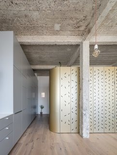 An Ingenious Gold Island Transforms an Industrial Apartment in Paris - Photo 12 of 16 -