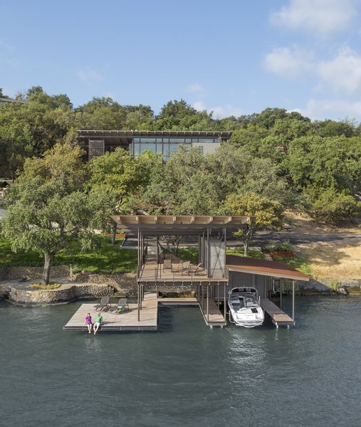 A Spectacular Lakeside Retreat in Texas Embraces the Outdoors - Photo 2 of 10 -