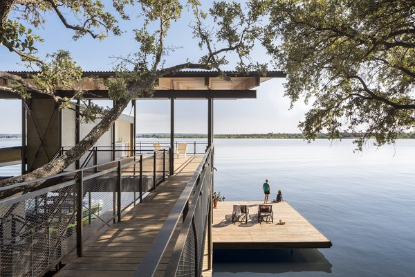 A Spectacular Lakeside Retreat in Texas Embraces the Outdoors - Photo 1 of 10 -