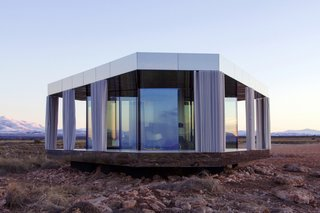 Gorafe desert is known for its extreme temperatures and stunning rock formations. Thanks to the mirrored panels that clad the edges of the roof and deck, stunning views are available at every angle of this prefab rental.