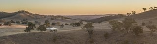 Located just 20 minutes from Mudgee's town center, Sierra Escape is nestled on a stunning 280-acre property brimming with wildlife, including kangaroos, deers, and birds.