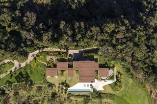 An aerial view of Casa Terra clearly shows how the various rooms branch out from the central circulation axis.
