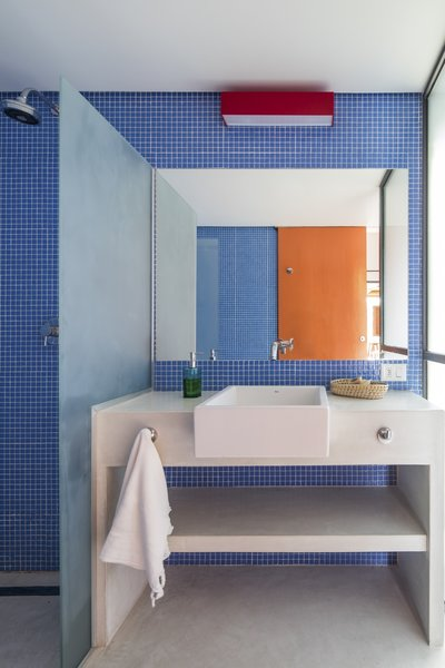 The ceramic tile is from Spanish manufacturer Hisbalit.