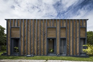 Concrete masonry blocks were used for the main volume. The vertical ribs of the concrete frame were painted dark blue—a color referencing the Mediterranean—and fitted with bamboo panels arranged in a chevron pattern.