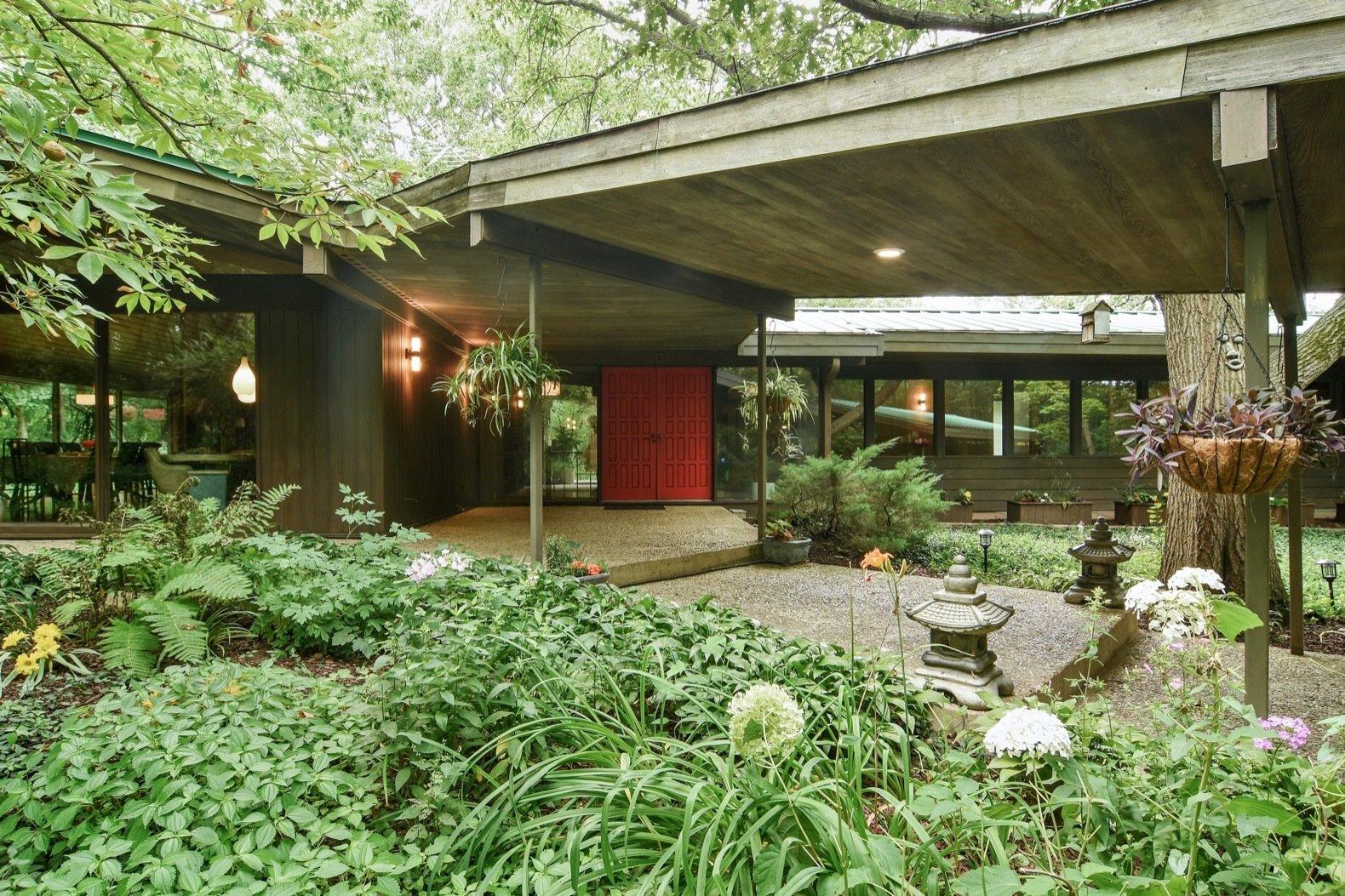 A frank lloyd wright inspired home near chicago hits the - Frank lloyd wright homes for sale ...