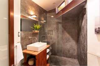 A look at the attached bathroom.
