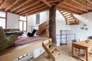 Above the atelier are the kitchen, dining room, and living room—each placed on a separate floor.