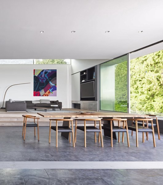 The Tadeo dining table by Walter Knoll is combined with Tokyo chairs by Bensen.