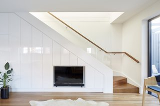 The stairs to the upper floor are bathed in natural light, thanks to a large skylight placed on the north side of the extension's roof.