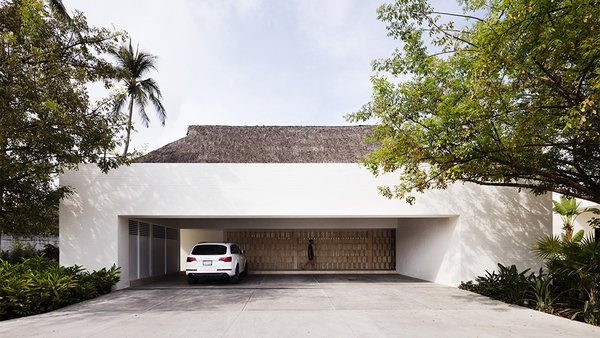 In a nod to the local vernacular, the palapa-style roof is covered in dried palm leaves. The thatched roof cover also helps deflect solar heat gain and aid in thermal insulation.