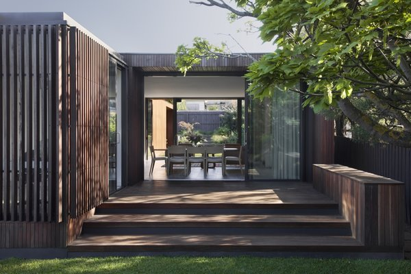 The main living space opens up via full-height, glazed sliding doors to outdoor courtyards on the northern and southern sides.
