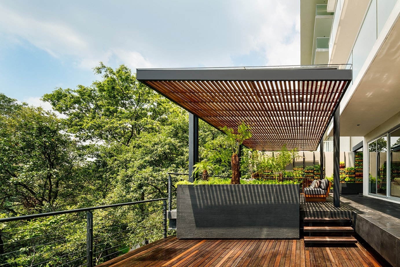 Outdoor, Metal Fences, Wall, Rooftop, Trees, Wood Patio, Porch, Deck, and Shrubs  Villa Jardín by ASP Arquitectura Sergio Portillo