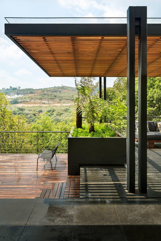 Outdoor, Rooftop, Shrubs, Decking Patio, Porch, Deck, Trees, and Metal Fences, Wall  Villa Jardín by ASP Arquitectura Sergio Portillo