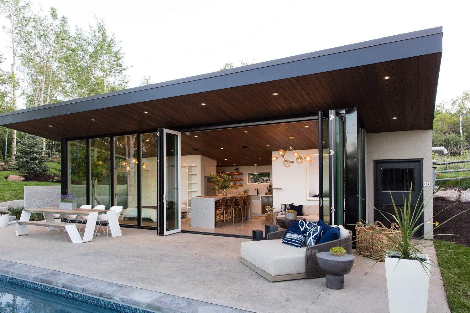 This Can-Do Pool House Cleverly Goes From Private to Party Mode