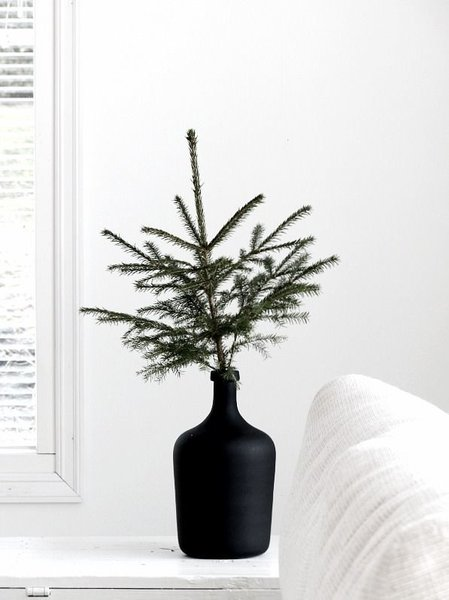 Who says Christmas decor has to be red and green? This minimalist Christmas decor makes use of black and white, one of the most on-trend color combinations this holiday season.