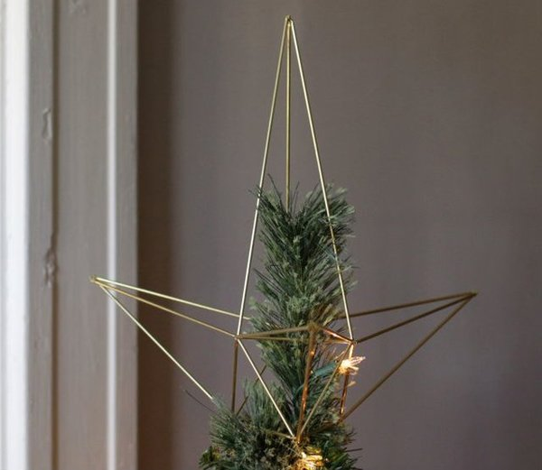 This gold-toned geometric tree topper makes a dashing statement when it rests atop your modern Christmas tree. It's simple and understated, yet elegant enough to be the right finishing touch.