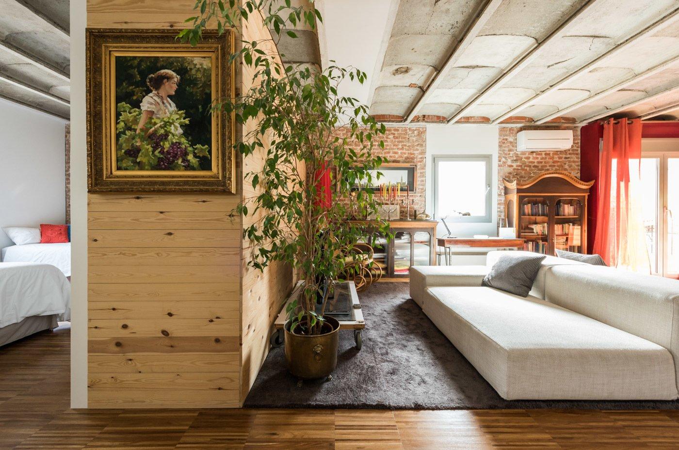 Living Room and Sofa  Echávarri house 100m2. Loft between gardens.