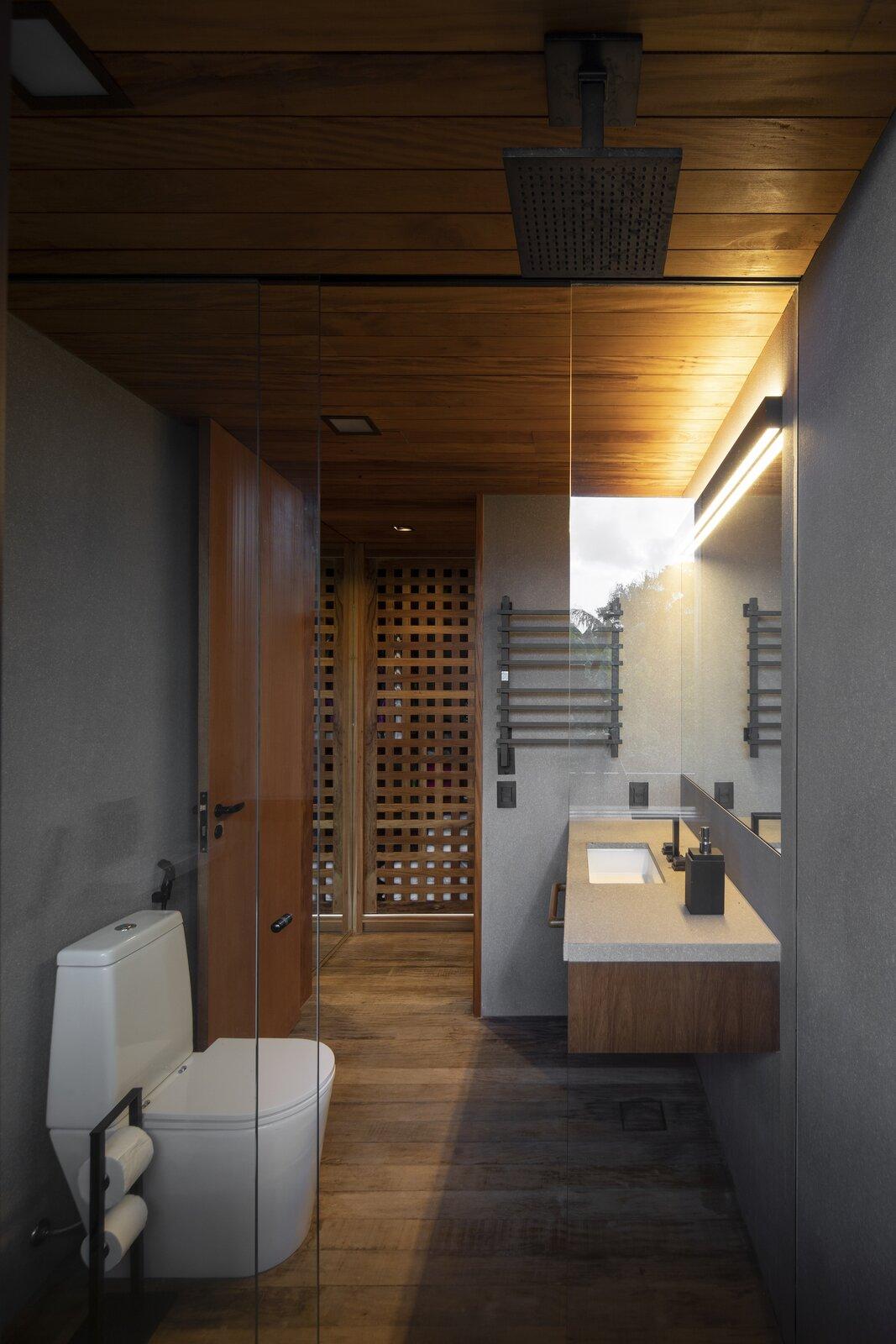 Bathroom of Casa Iporanga by Daniel Fromer.