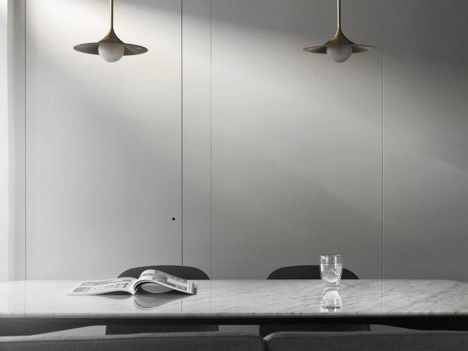 带起居室,椅子和天花板照明的现代家居。 日常生活的隐形秩序照片16