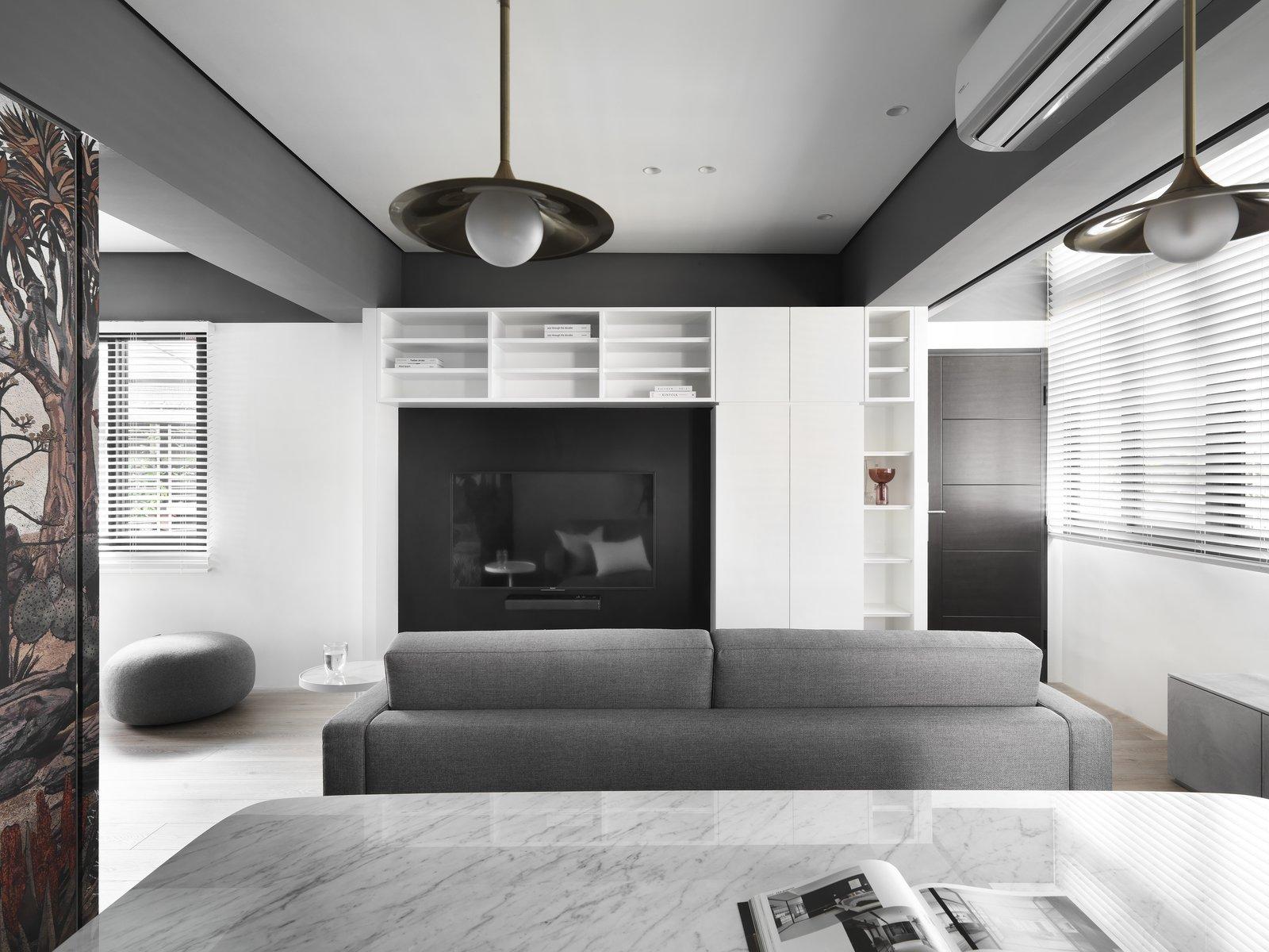 带起居室,椅子,桌子照明,硬木地板,沙发和天花板照明的现代住宅。 日常生活的隐形秩序照片17