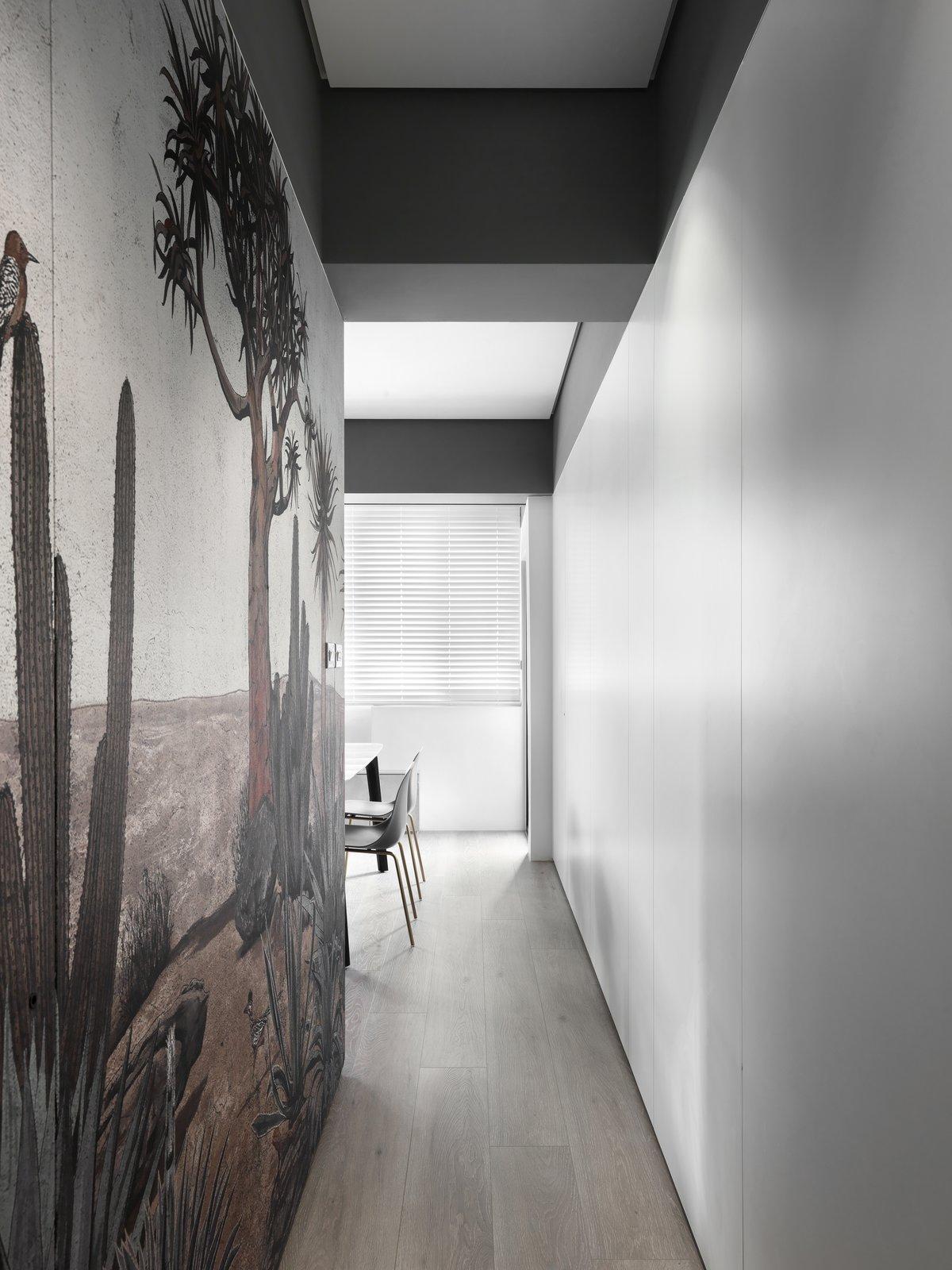 带起居室,天花板照明,硬木地板和椅子的现代住宅。 日常生活的隐形秩序照片20