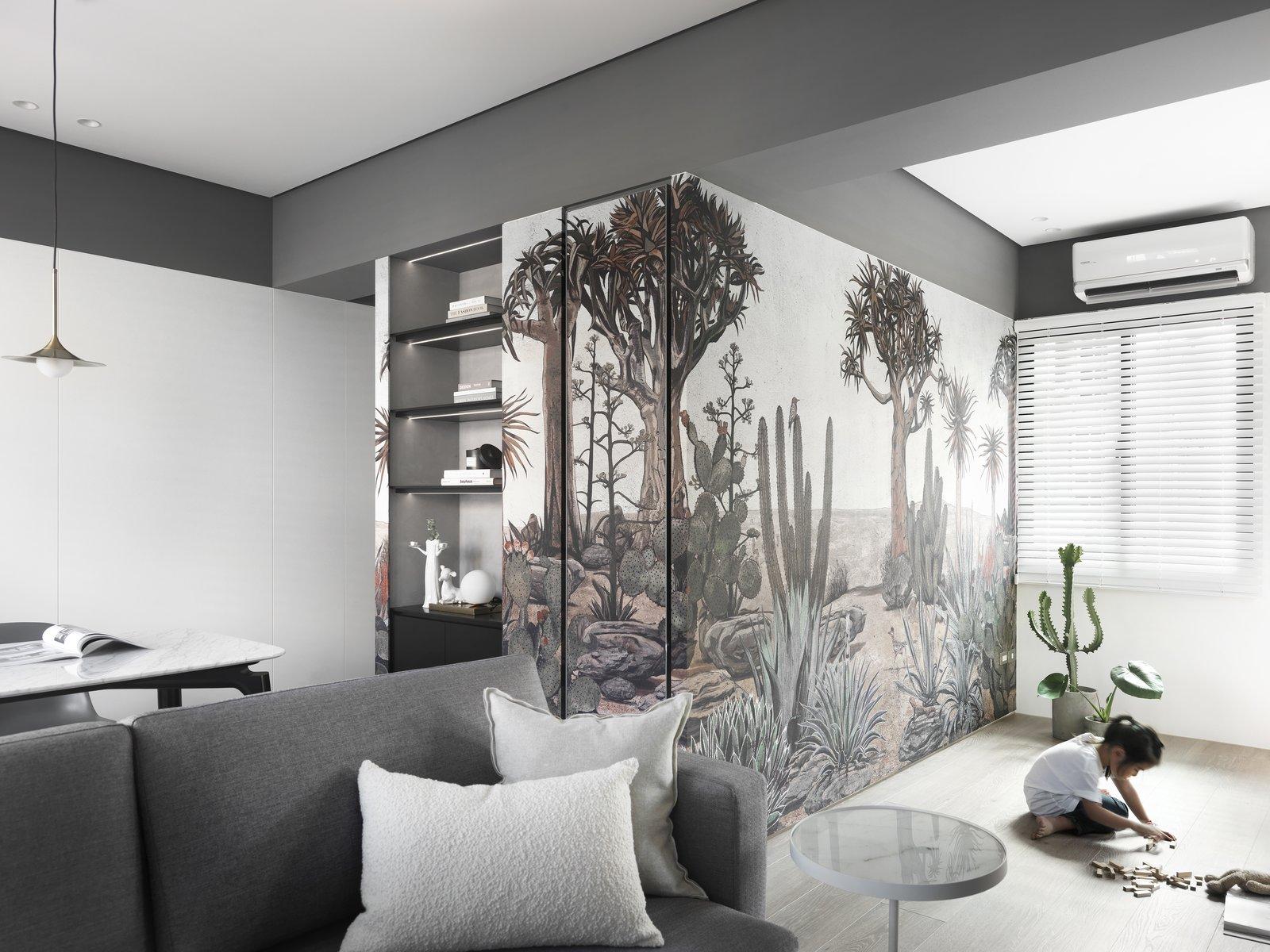 带起居室,沙发,浅色硬木地板和天花板照明的现代住宅。 日常生活的隐形秩序照片3