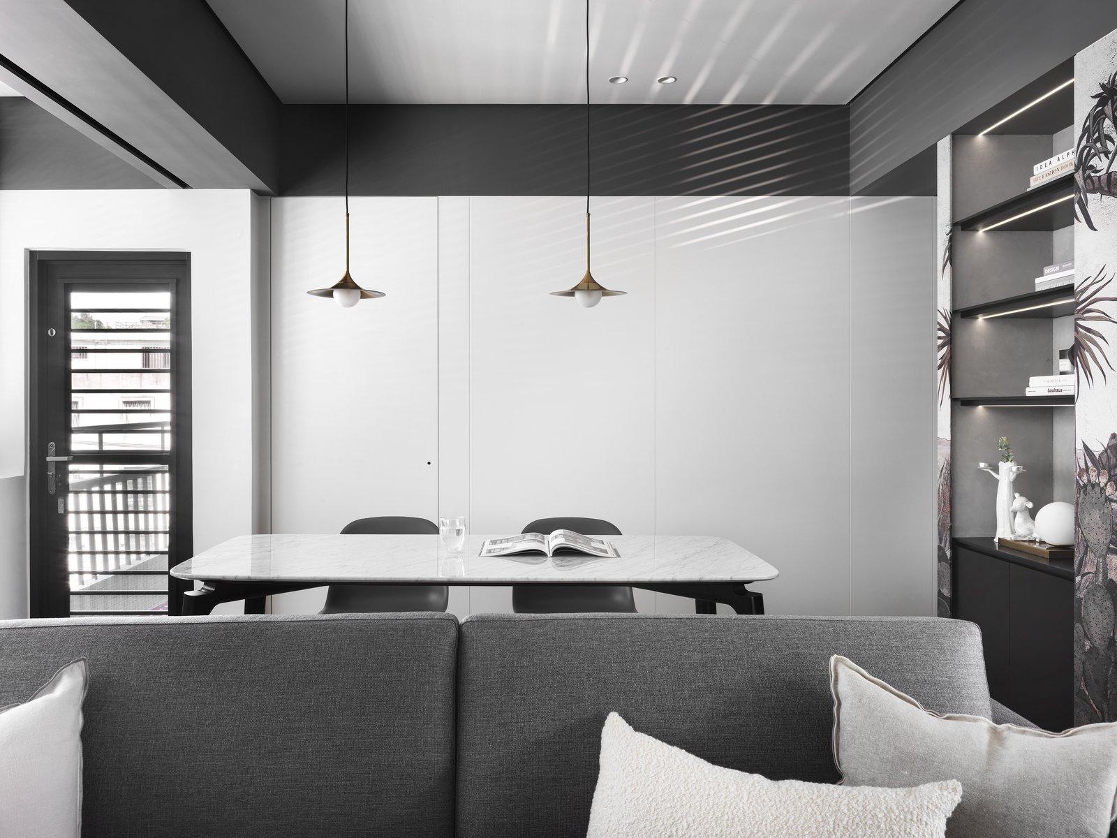 带起居室,轻质硬木地板,椅子和天花板照明的现代住宅。 日常生活的隐形秩序照片12