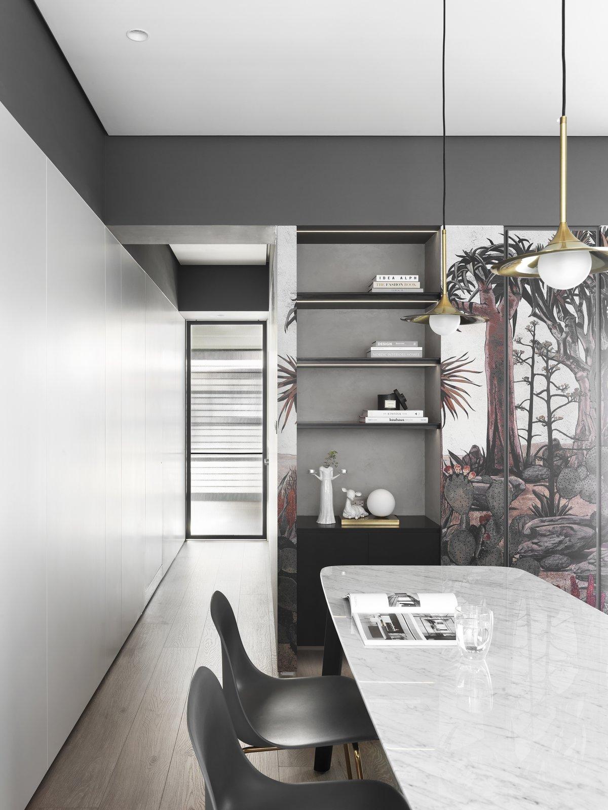 带餐厅,天花板照明,硬木地板和椅子的现代住宅。 日常生活的隐形秩序照片15