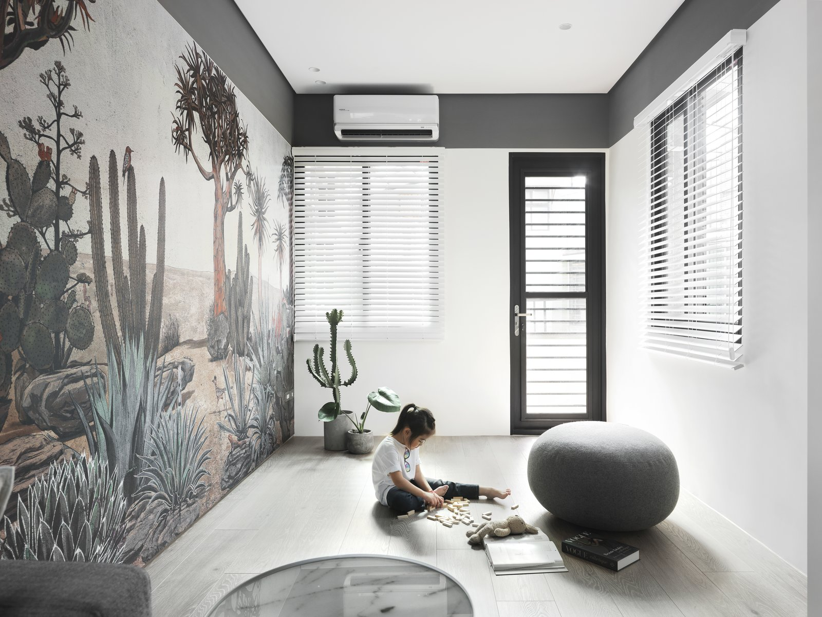 带起居室,沙发,浅色硬木地板和天花板照明的现代住宅。 日常生活的隐形秩序照片2