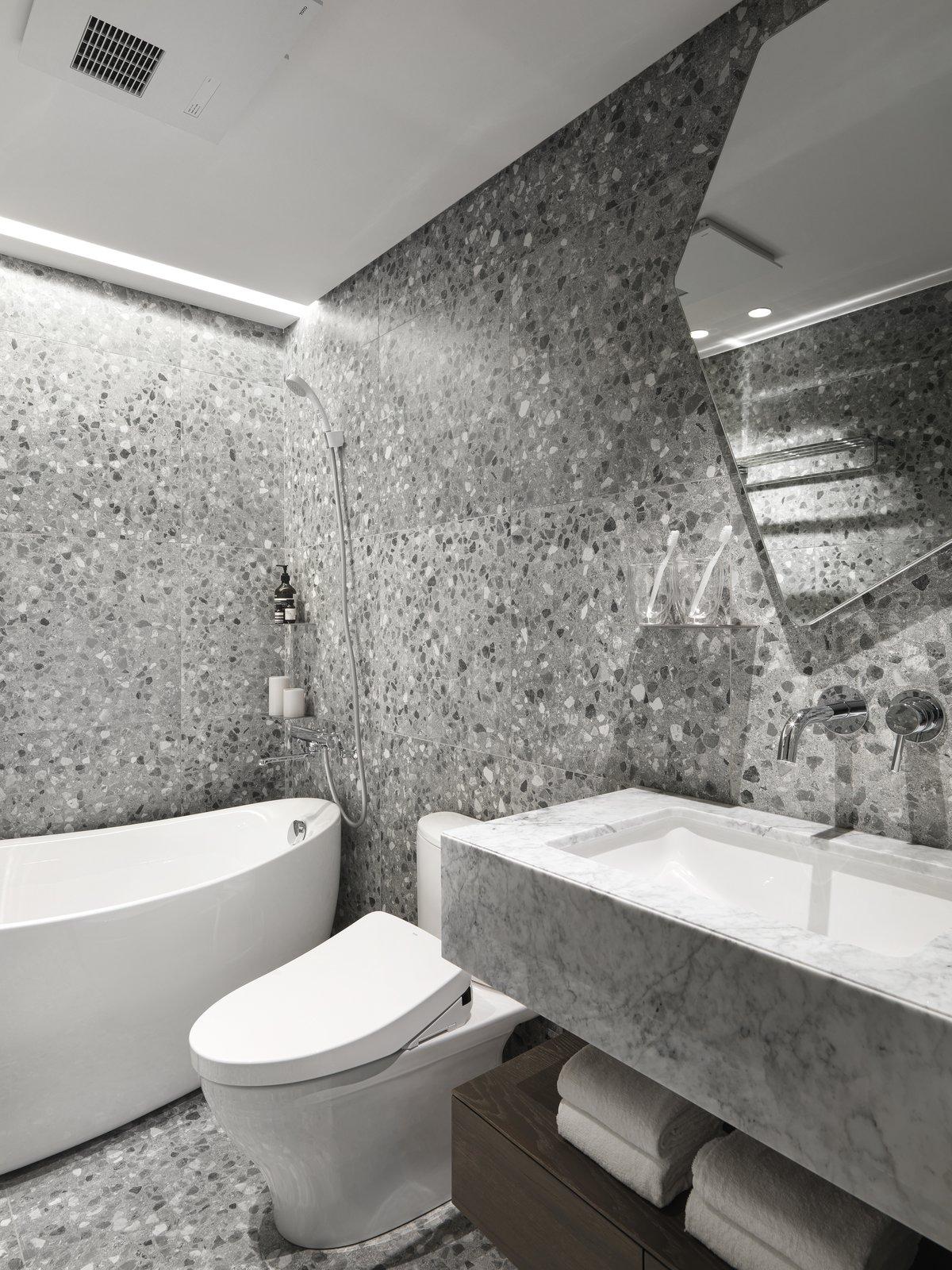 带有浴室,金属柜台,赤陶瓷砖地板,石材柜台,落地式浴缸,一件式卫生间,开放式淋浴,天花板照明,石材瓷砖墙面,瓷砖柜台和落水槽的现代住宅。 日常生活的隐形秩序照片8