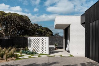 These Beachy Digs in Melbourne Explore the Yin and Yang of Form, Texture, and Color