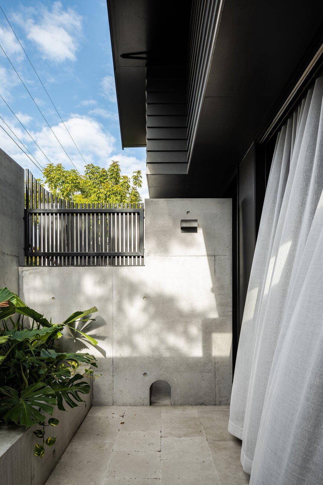 Danny's House Shaun Lockyer Architects side yard
