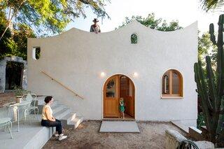 A Los Angeles Screenwriter's Enchanting Backyard Gets a WFH Studio to Match